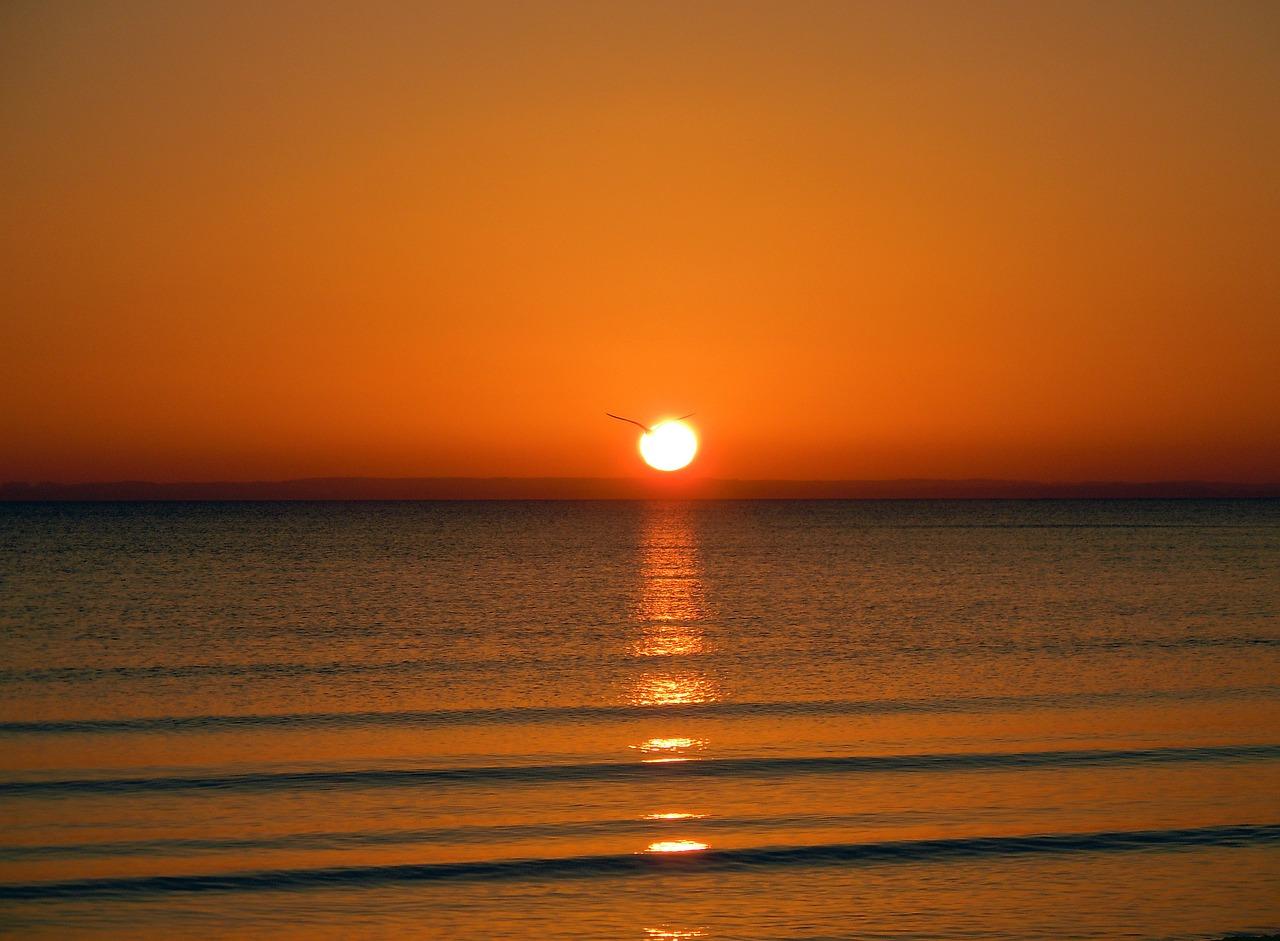 sunrise-on-the-sea-275274_1280